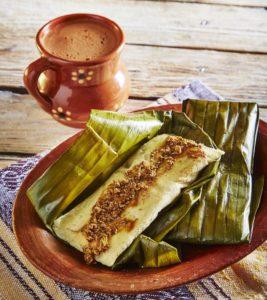 Tamales tradicionales oaxaqueños con hoja de platano