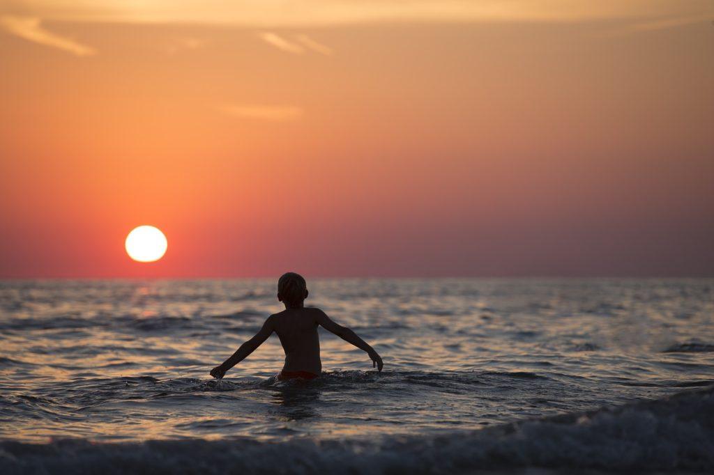 niño vacacionando en el mar disfrutando