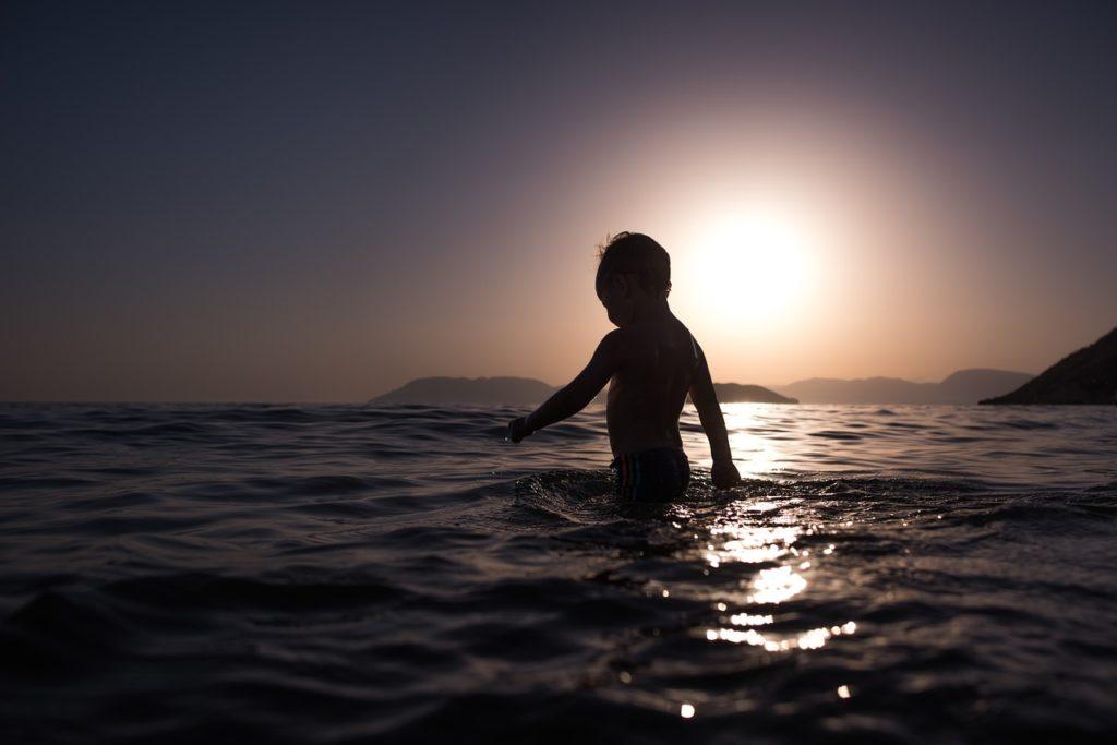 niño jugando en el mar patrocinado por royal holiday