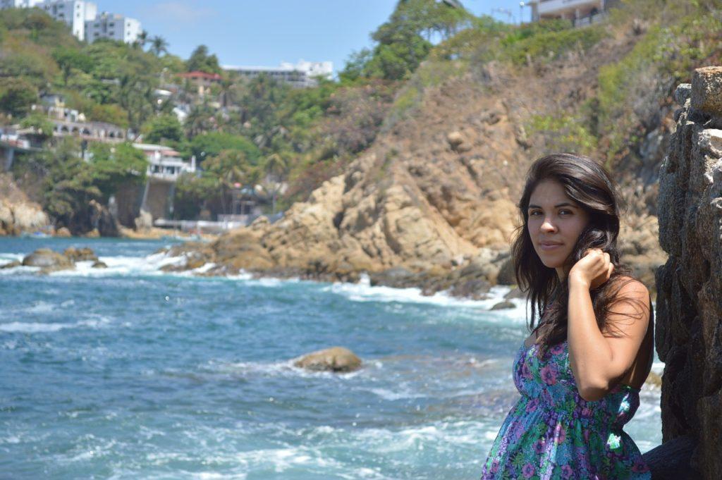 chica linda a la orilla del mar